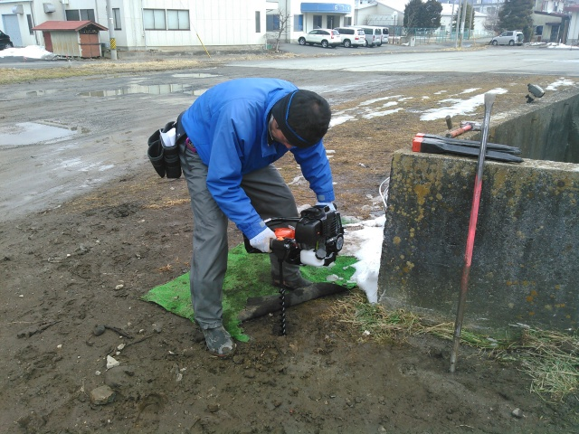 地面を掘削機で掘る